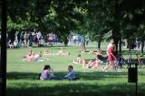 Krakowianie i turyści tłumnie wylegli opalać się na bulwary