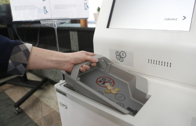 Nowoczesna samoobsługowa zmieniarka do monet w rzeszowskim oddziale NBP.