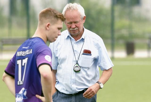 Trener Krzysztof Kamiński każdemu zawodnikowi poświęca wiele czasu na naukę piłki nożnej
