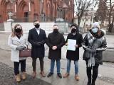 Młodzieżówka PiS apeluje do rady miasta o ochronę dobrego imienia Jana Pawła II (ZDJĘCIA)