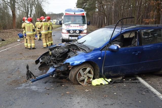 W sobotę rano pomiędzy Grodziskiem Wielkopolskim a Nowym Tomyślem doszło do wypadku. Z koziołkującego auta wypadły dwie osoby. W ciężkim stanie zabrano je do szpitala. Zobacz więcej zdjęć --->