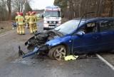 Wypadek na trasie Grodzisk Wielkopolski - Nowy Tomyśl. Z auta wypadły dwie osoby - zobacz zdjęcia