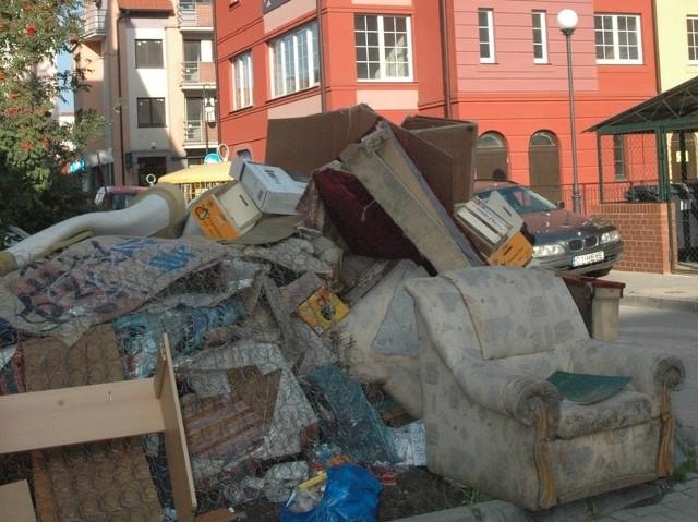 Podwórko na tyłach kamienicy przy ul. Grodzkiej zdobi takie oto składowisko starych mebli. Wynieśli je najprawdopodobniej okoliczni mieszkańcy.