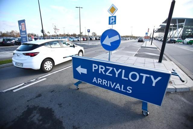 Podczas planowania wyjazdu niemal co piąty ankietowany Polak najbardziej stresuje się kosztami  dotarcia do i z lotniska. Z pewnością jednym z pojawiających się wtedy pytań jest to, ile trzeba będzie zapłacić za najwygodniejszą z opcji, czyli taksówkę. Eksperci Kayak.pl przeanalizowali ceny przejazdu taksówką z lotniska do centrum 140 najpopularniejszych stolic świata oraz sprawdzili koszty dla największych portów lotniczych w Polsce i zdradzają, gdzie lepiej baczyć na portfel.Gdzie zapłacimy najwięcej? O tym na kolejnym slajdzie. Posługuj się klawiszami strzałek, myszką lub gestami.