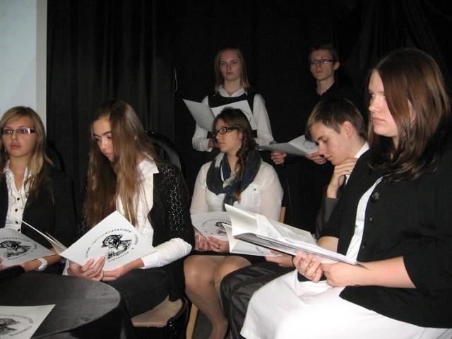 """Uczniowie """"Kopernika"""" bardzo ładnie uzupełniali tekstami epitafiów  prezentacje multimedialne."""