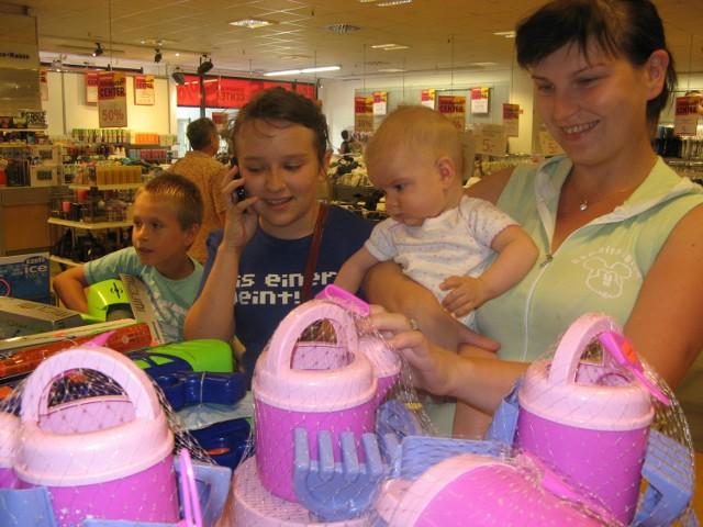 Dagmara Połomka z 12-letnią Joasią, 7-letnim Maćkiem i półroczną Wiktorią na zakupach w sklepie Karstadt. Dzieci oczywiście najbardziej interesowały zabawki. Ich ceny też znacznie spadły. (fot. Beata Bielecka)