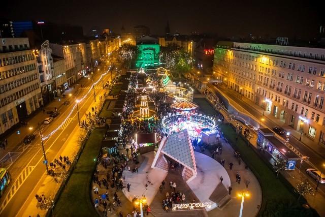 Trwa Betlejem Poznańskie 2018. Na placu Wolności odbywa się jarmark świąteczny, a jedną z jego głównych atrakcji jest diabelski młyn. Nasz fotoreporter wzbił się w powietrze, by pokazać Wam, jak to wygląda z wysokości 33 metrów. W sobotę wieczorem na placu Wolności zgromadziły się tłumy!Przejdź do kolejnego zdjęcia --->