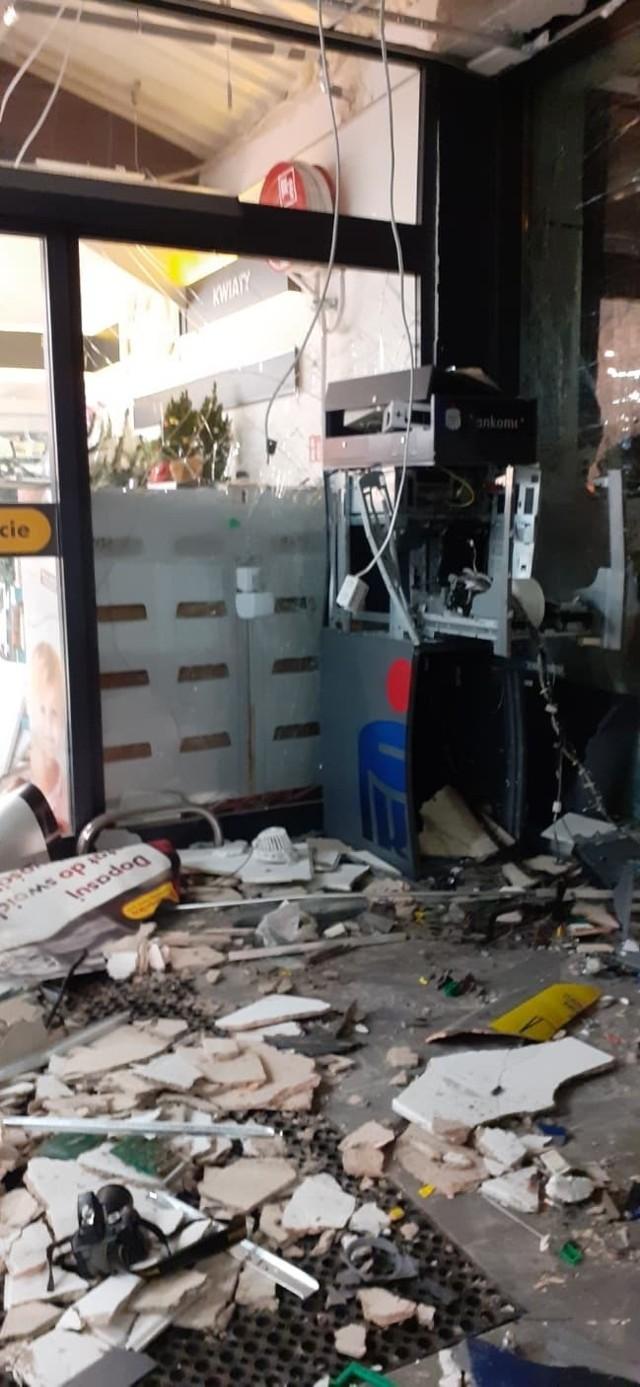 Funkcjonariusze, którzy przybyli na miejsce, przy wejściu do sklepu zastali kompletnie zniszczony bankomat.