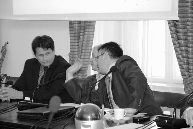 Janusz Kubicki i Krzysztof Kaliszuk nie byli w stanie odpowiedzieć radnym na dociekliwe pytania. O szczegóły dopytywali wówczas Bogdana Klima ( z lewej), prezesa zarządu PKS.