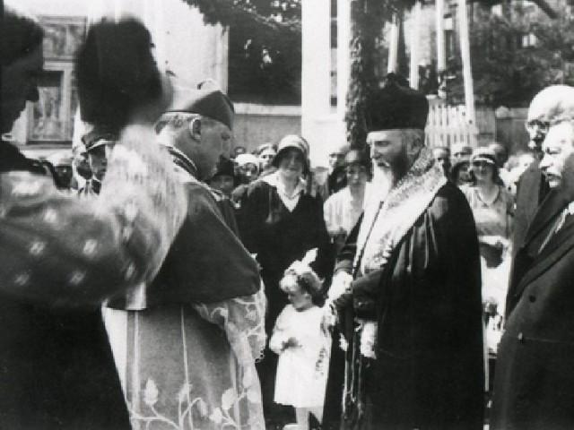 wygrał Gedali Rozenman, rabin. Na zdjęciu rabin wita dostojnika kościoła katolickiego