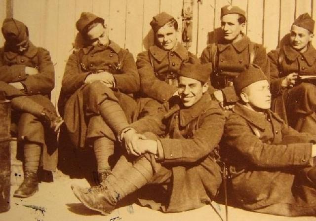 """""""Zapora"""" (górny rząd, trzeci od lewej) w żołnierskim mundurze. Hieronim Dekutowski walczył z hitlerowskim okupantem, a po zakończeniu drugiej wojny światowej, nie pogodził się z sowiecką dominacją nad Polską. Zdjęcie z 1940 roku."""