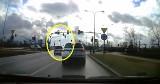 Pirat na ulicy Nad Torem w Bydgoszczy wjeżdża na skrzyżowanie na czerwonym świetle [wideo]