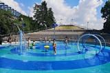 Kraków. Wodny plac zabaw przyciąga najmłodszych [ZDJĘCIA]