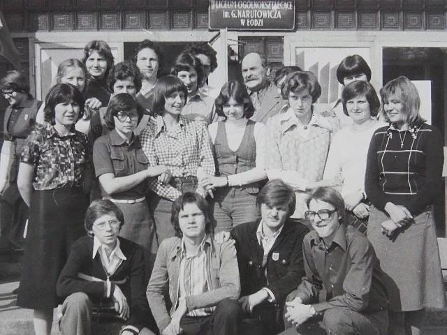II Liceum Ogólnokształcące w Łodzi, najstarsza szkoła w mieście, pokazuje swoje kroniki. Tym razem publikujemy kopie zamieszczonych w nich zdjęć z lat 1977-1992. To w większości fotografie czarno-białe, ale czasy w II LO były kolorowe...>>> Zobacz kolejne zdjęcie >>>