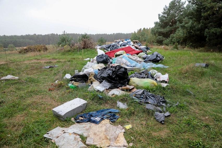 Tak wyglądają śmieci leżące w lesie nieopodal Barszczewa.