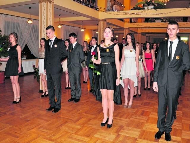 """Na studniówce w """"Karolinie"""" bawili się wraz z osobami towarzyszącymi uczniowie  pięciu  kla s maturalnych z Zespołu Szkół Technicznych i Ogólnokształcących. Bal rozpoczął oczywiście polonez. Bohaterowie wieczoru, w zgodnej opinii oglądających, zatańczyli go  perfekcyjnie.  Młodzi ludzie  zachwycali również wdziękiem, urodą i elegancją."""