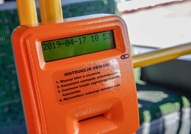 Sprzedaż biletów w środkach komunikacji miejskiej odbywa się za odliczoną gotówkę, co powoduje często nieprzyjemne sytuacje.