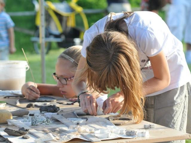 Zadaniem wychowawcy podwórkowego będzie zaproponowanie dzieciom ciekawych propozycji na spędzenie wolnego czasu na świeżym powietrzu.