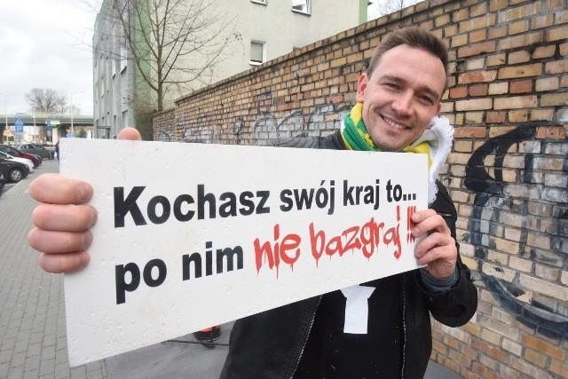 """Luty 2020 roku. Akcja """"60 godzin z Falubazem"""". Pogromcy bazgrołów i żużlowcy chwycilli za wałki i zamalowali mur przy Centrum Przesiadkowym. Na zdjęciu lider """"Pogromców"""" - Paweł Wysocki."""