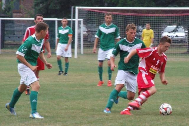 Jakub Scąber (Soła, przy piłce) w walce z Jakubem Waligórą z Nadwiślaninu Gromiec w meczu V ligi Wadowice.