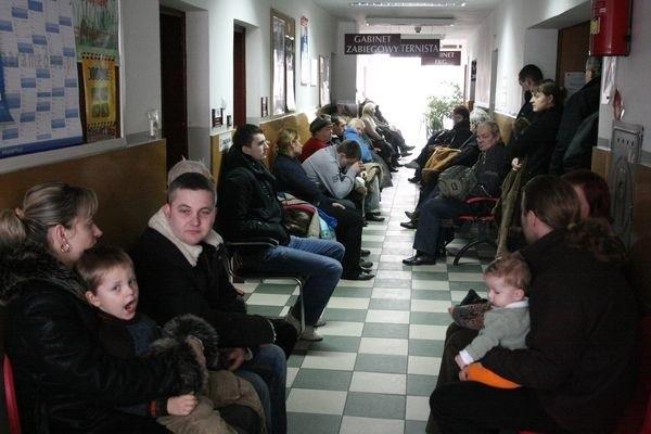 Mamy z dziećmi, czekające wczoraj w kolejce do pediatry, liczyły, że zostaną szybko przyjęte. Takiej nadziei nie mieli chorzy, którzy chcieli dostać się do internisty. Ludzi przybywało z minuty na minutę.
