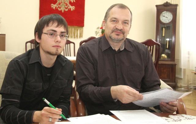 Łukasz Ochab wraz ze swoim nauczycielem przedsiębiorczości Zbigniewem Sadowskim.