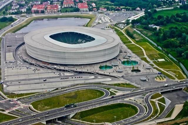 Łączne zadłużenie 16 spółek komunalnych powiązanych z Wrocławiem sięga już blisko 1,6 mld złotych. Największe zobowiązania ciążą na Miejskim Przedsiębiorstwie Wodociągów i Kanalizacji, TBS Wrocław. Miejskim Przedsiębiorstwie Komunikacyjnym, czy na Stadionie Wrocław Sp. z o.o.Tylko jedna trzecia spółek w 2019 roku wypracowała jakiekolwiek zyski. Zdecydowana większość znalazła się pod kreską, a w przypadku spółki Stadion Wrocław, strata przekroczyła 36 mln złotych. Podkreślmy jednocześnie, że część spółek z zasady nie służy wypracowywaniu zysków bo są instytucjami o charakterze non profit, a w przypadku części ich gigantyczne zobowiązania kredytowe wiążą się z inwestycjami z wielu poprzednich lat. Na kolejnych stronach prezentujemy wrocławskie spółki komunalne wraz z informacjami o poziomie ich zadłużenia i wynikach finansowych z ich działalności (strata lub zysk netto, dane na koniec 2019 roku).