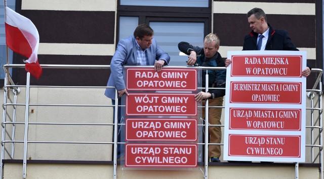 Wójt, a od 1 stycznia 2019 roku - burmistrz Opatowca, Sławomir Kowalczyk (z prawej) dyrygował w poniedziałkowe popołudnie wymianą czerwonych tablic na balkonie Urzędu Gminy.