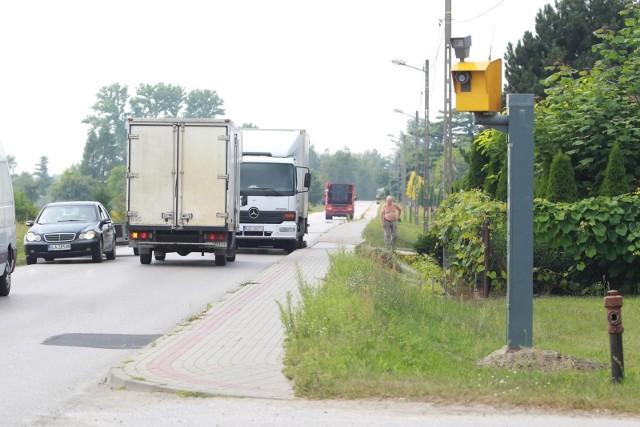 W Belgii na 1000 km2 przypada 30 fotoradarów, w Polsce… niecałe dwa. Jednak wkrótce te statystyki mają się nieco zmienić.Aż 26 fotoradarów pojawi się w nowych lokalizacjach w Polsce a zakup kolejnych 358 nowych urządzeń rejestrujących jest w planach.Gdzie zostaną zamontowane nowe fotoradary? Sprawdź koniecznie listę miejsc, w których pojawią się urządzeń do pomiaru prędkości >>>>>