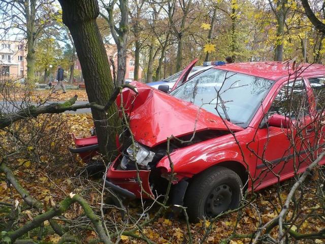 Skoda roztrzaskała się na drzewie.