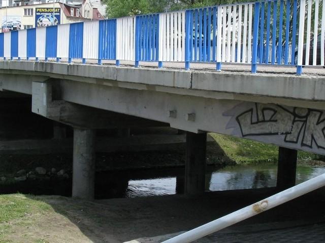 Widoczny na zdjęciu most zostanie zburzony, bo pęka i przecieka.