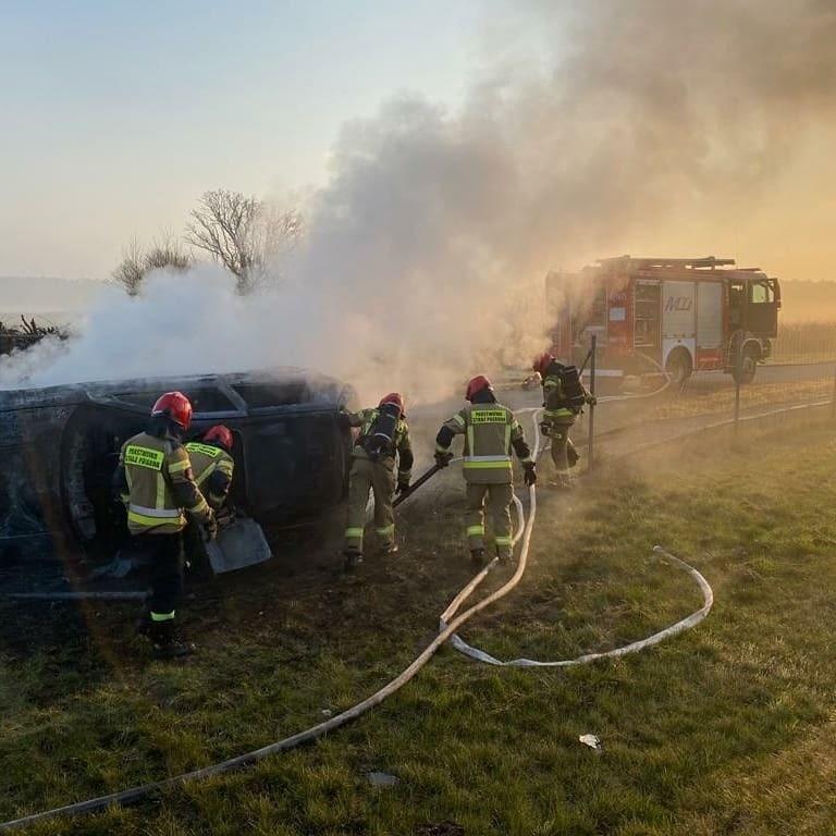 We wtorek 20 kwietnia doszło do pożaru wywróconego na bok...