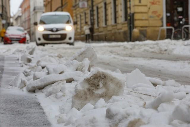 Z powodu opadów śniegu doszło do paraliżu komunikacyjnego na ulicach Krakowa. W MPO, które odpowiada za odśnieżanie przekonują, że wszystko przez anomalia pogodowe.