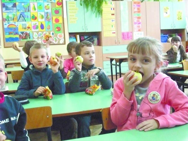 Uczniowie młodszych klas Szkoły Podstawowej nr 7 w Łomży już trzeci rok bezpłatnie dostają owoce i warzywa. Produkty są dostarczane do szkoły w środy i piątki.