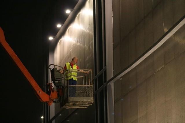 W piątek o godzinie 23.30 trwały prace przy odnawianiu elewacji Galerii Echo od strony ulicy Świętokrzyskiej. Fot. Łukasz Zarzycki