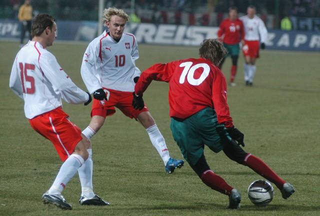 Grający na co dzień w VfB Stuttgart Aleksandr Hleb kilkoma akcjami rozmontował polską obronę. Na zdjęciu bezskutecznie próbują odebrać mu piłkę Tomasz Frankowski (nr 15) oraz Sebastian Mila (w środku).