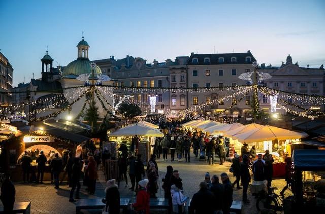 Gdy zbliżają się święta Bożego Narodzenia, krakowski Rynek Główny wypełnia się handlarzami i stoiskami z ozdobami świątecznymi, choinkami i gałązkami. Wszystko w ramach Krakowskich Targów Bożonarodzeniowych. Organizatorzy piszą, że to powrót do handlowych tradycji tego miejsca. I tak faktycznie jest, co pokazują archiwalne zdjęcia. Zobacz, jak kiedyś handlowano choinkami na Rynku w stolicy Małopolski.