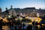 Wkrótce święta Bożego Narodzenia. Tak kiedyś sprzedawano choinki na Rynku Głównym w Krakowie [ARCHIWALNE ZDJĘCIA]