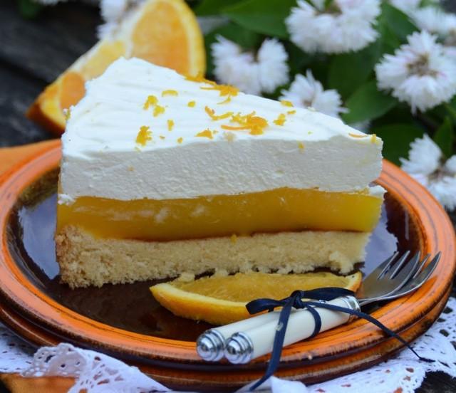 Mocno pomarańczowe ciasto na lekkim biszkopcie. Zobaczcie przepis!