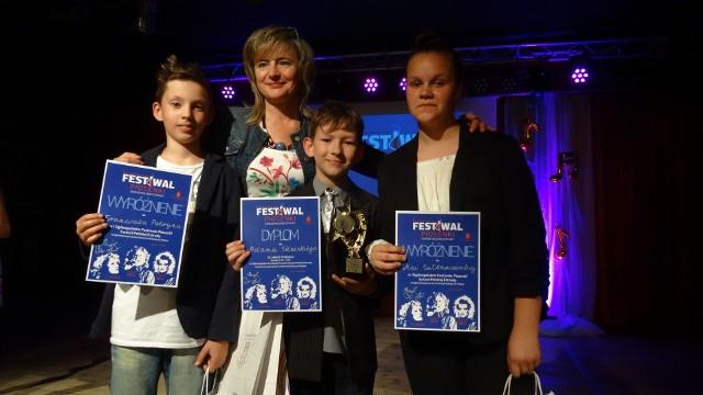 Laureaci konkursu w Chojnie wraz ze swoją nauczycielką Elżbietą Sawicką