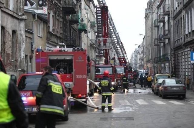 W niedzielę przed godz. 11 doszło do tragicznego pożaru w mieszkaniu na trzecim piętrze kamienicy przy ul. Gdańskiej. Zginęła w nim 48-letnia kobieta, a będący w podobnym wieku mężczyzna uległ podtruciu tlenkiem węgla. Przyczyna pożaru było zaprószenie ognia przez kobietę, która najprawdopodobniej zasnęła z papierosem w ręku.Czytaj na kolejnych slajdach