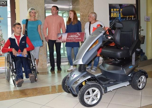 Łukasz Tusznio od Fundacji 7 Marzeń otrzymał piękny skuter.