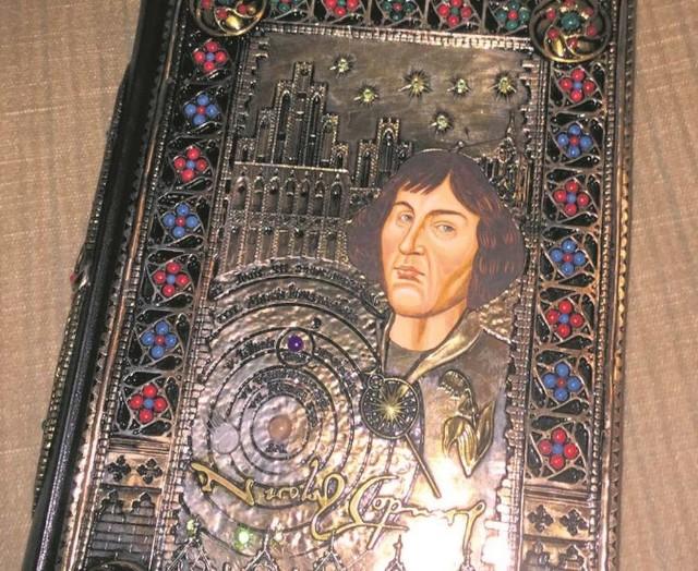 Manuskrypt Kopernika w bogatej, srebrnej oprawie