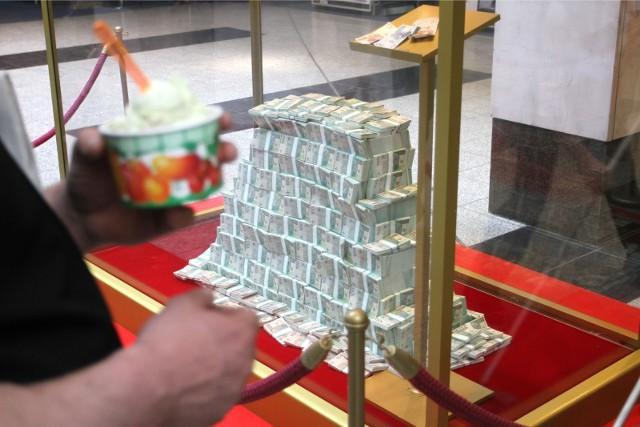 """W miniony wtorek w losowaniu Lotto padła główna wygrana o wartości 7 388 214,40 zł. """"Szóstka"""" została trafiona w punkcie LOTTO przy ul. Kaliskiej 7 w Sycowie."""