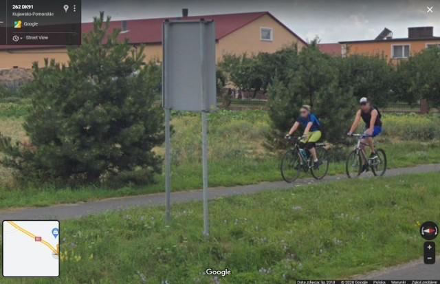 Sprawdziliśmy, kogo złapała kamera Google Street View w gminie Stolno. Zobacz zdjęcia - może rozpoznasz siebie, rodzinę lub znajomych! Aby przejść do galerii, wystarczy przesunąć zdjęcie gestem lub nacisnąć strzałkę w prawo.