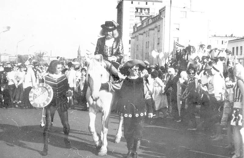 To było rok przed zakończeniem studiów. W 1967 roku zostałem wielkim mistrzem żaków, który prowadził pogonalia. Po ulicy Lipowej jechałem na białym koniu, prowadząc pochód studentów – wspomina dziś Lech Pilecki.