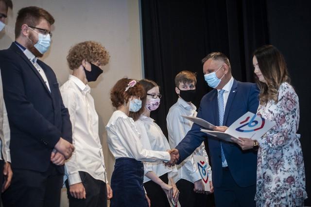 W sali kinowej CK 105 w Koszalinie odbyła się uroczystość, podczas której prezydent miasta Piotr Jedliński wręczył nagrody najlepszym koszalińskim uczniom w roku szkolnym 2020/2021 oraz ich nauczycielom.