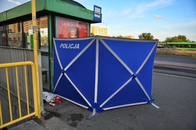Tragedia w Poznaniu. W sobotę na przystanku autobusowym przy Alejach Solidarności mężczyzna został ugodzony nożem. Ofiara ataku zmarła w karetce w drodze do szpitala. Policja zatrzymała napastnika.Przejdź do kolejnego zdjęcia --->