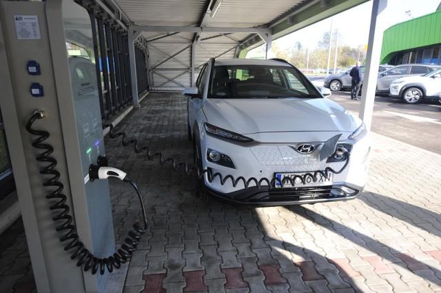 Dopłaty do zakupu aut elektrycznych dla zwykłych kierowców stały się faktem. Z rządowego dofinansowania nie mogą korzystać wszyscy, którzy prowadzą działalność gospodarczą.