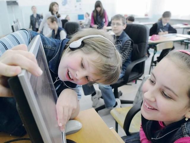 Klasa 5d w świebodzińskiej Szkole Podstawowej nr 6 w czasie zajęć z informatyki. Prowadzone są one na sprzęcie, który ma siedem lat.